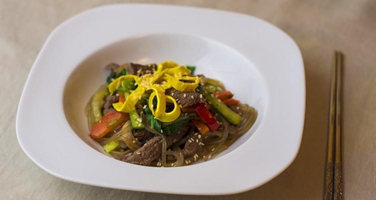 Japchae - wołowina z warzywami i makaronem